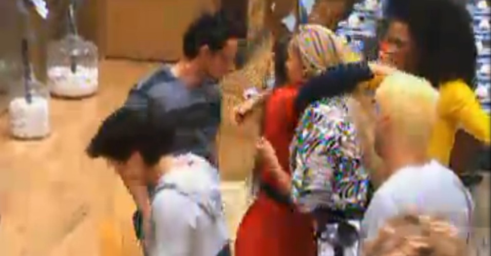 Nicole Bahls abraça Ângela Bismarchi depois de chegar na sede (20/6/12)