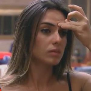 Nicole Bahls mostra irritação após ouvir suposta provocação de Sylvinho (21/6/12)