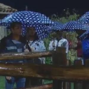 Peões dividem tarefas sob chuva na madrugada desta quinta-feira (21/6/12)