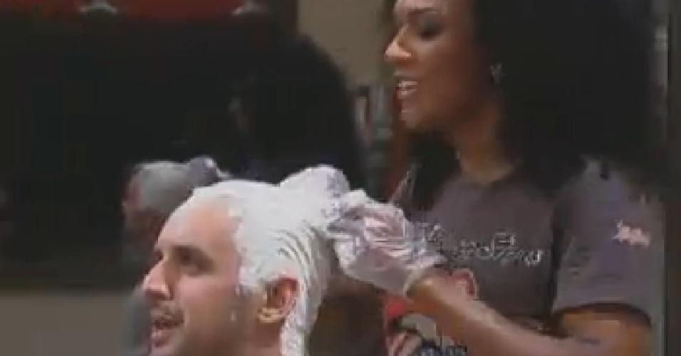 Simone descolore os cabelos de Rodrigo Capella. O humorista voltou a pintar as madeixas para ficar ainda mais loiro (21/6/12)