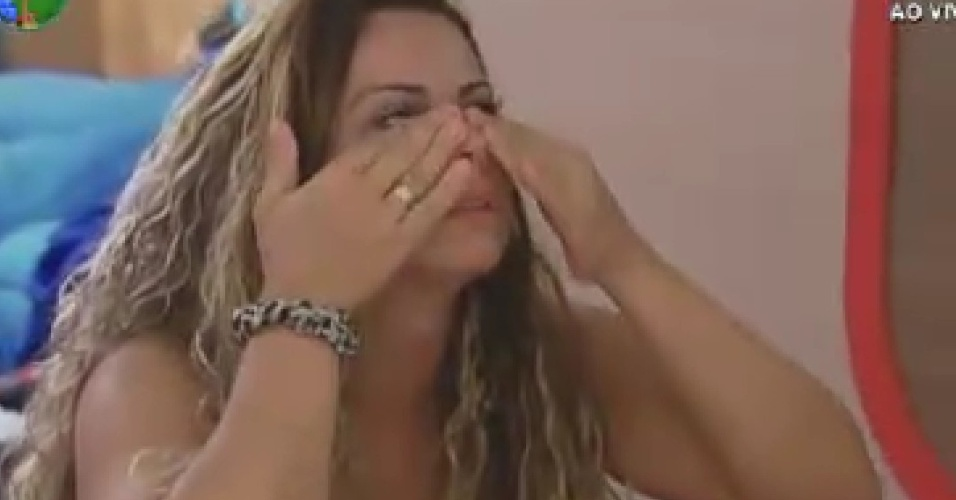 Viviane Araújo enxuga lágrimas enquanto conversa com Gretchen (20/6/12)
