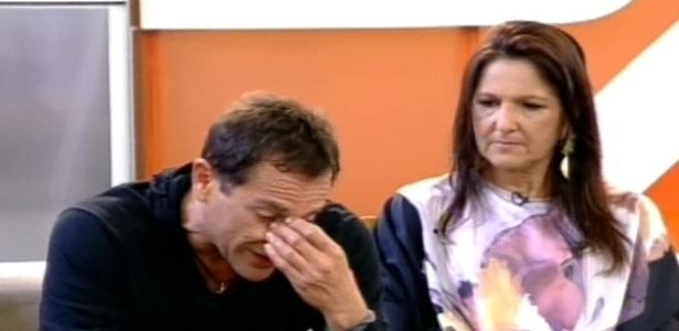 Ao lado da irmã, Sylvinho Blau-Blau chora ao ouvir depoimentos dos colegas de