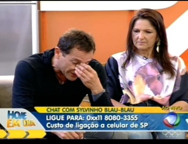 """Ao lado da irmã, Sylvinho Blau-Blau chora ao ouvir depoimentos dos colegas de """"A Fazenda 5"""" no programa """"Hoje em Dia"""" (22/6/12)"""