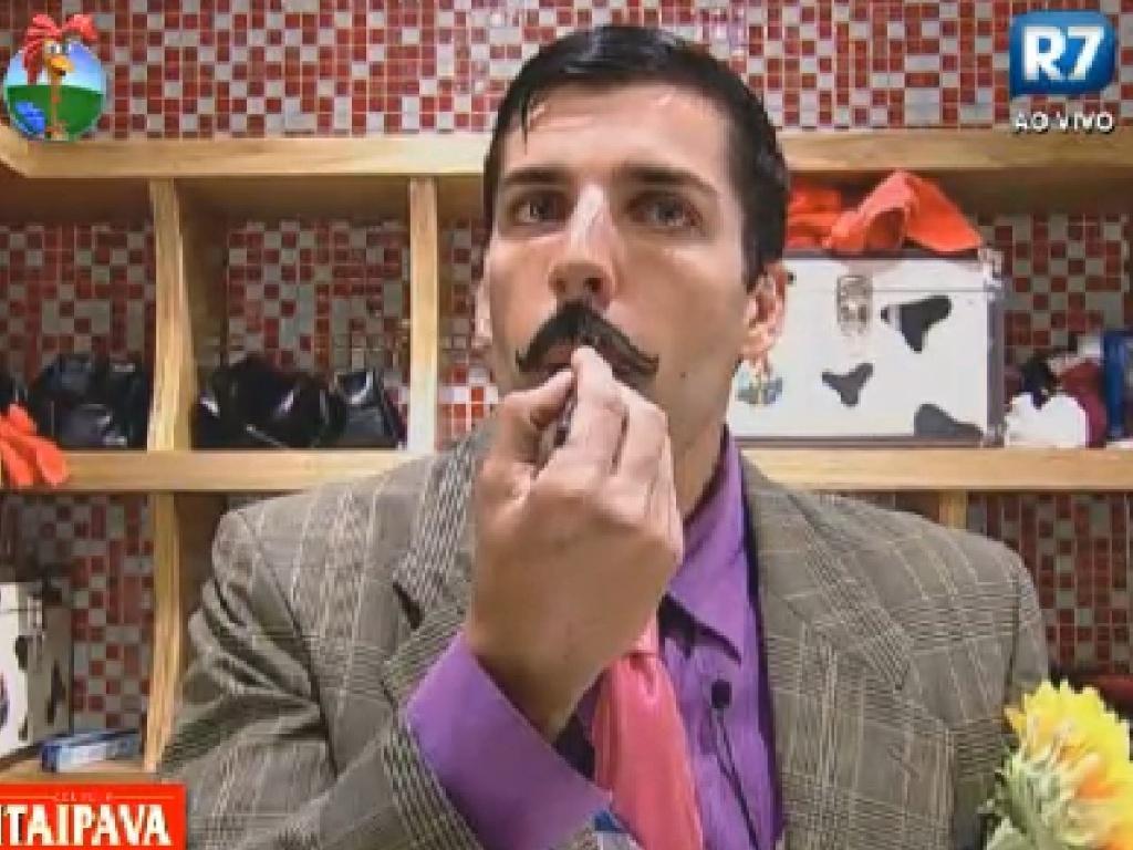 Diego Pombo desenha um bigode para se caracterizar como caipira (22/6/12)