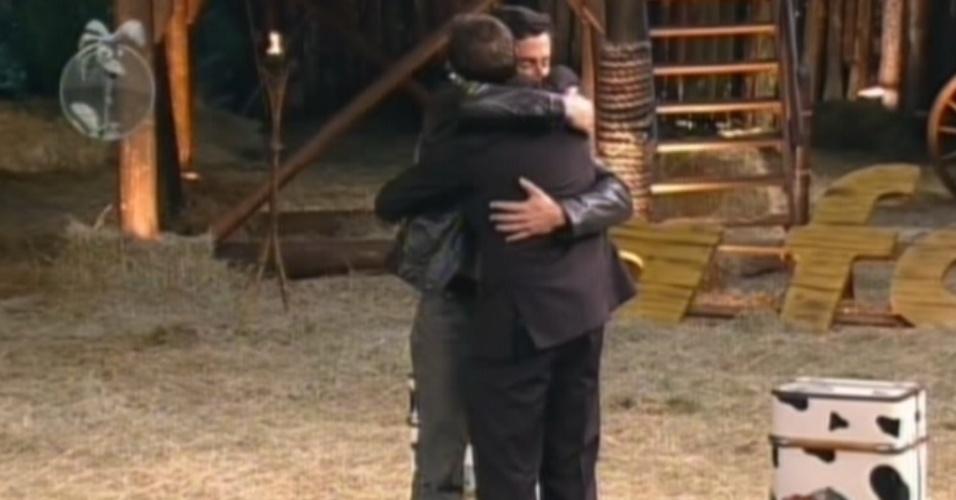 Felipe Folgosi abraça Sylvinho Blau Blau após anúncio da eliminação (21/6/12)