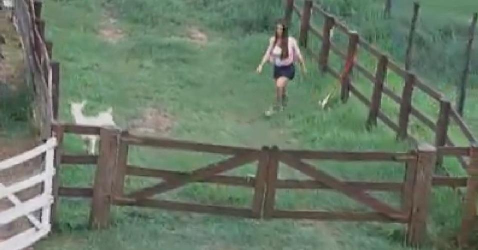 Nicole Bahls tenta resgatar cabra que fugiu do pasto (22/6/12)