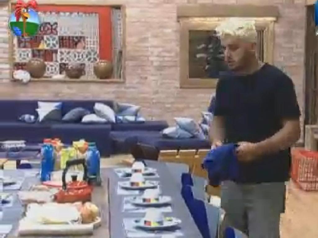 Rodrigo Capella acorda para fazer as atividades do dia (22/6/12)