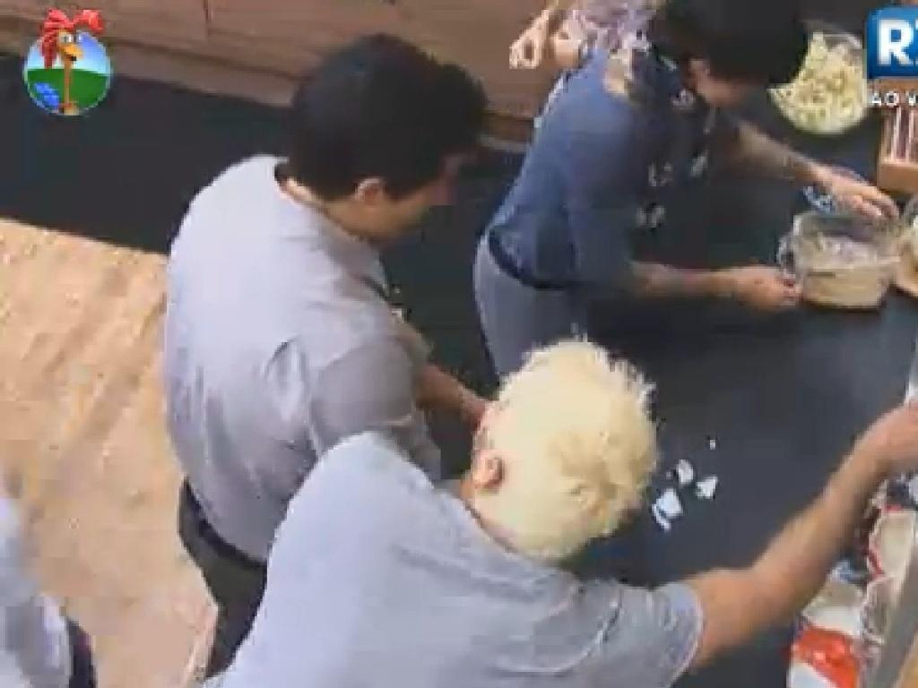 Rodrigo Capella quebra xícara e recolhe cacos com ajuda de Felipe Folgosi e Penélope Nova (21/6/12)