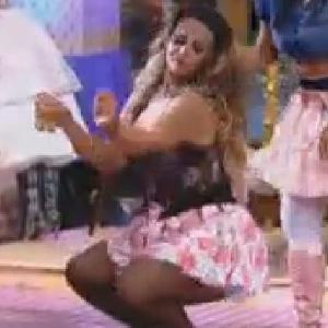 """Viviane Araújo dança até o chão durante festa junina em """"A Fazenda 5"""" (22/6/12)"""