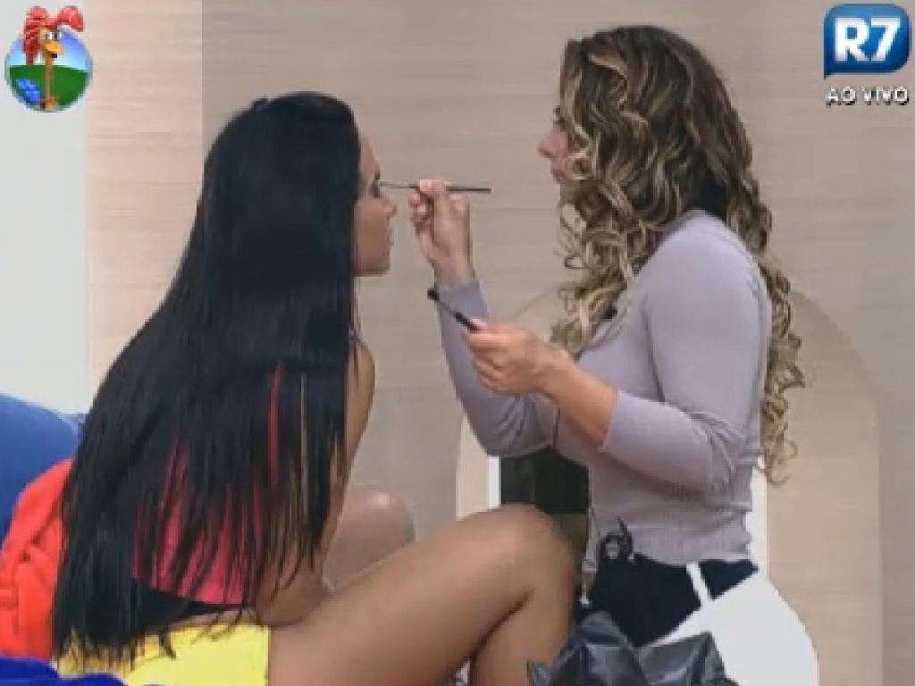 Viviane Araújo (esq.) passa maquiagem em Shayene Cesário (dir.) (22/6/12)