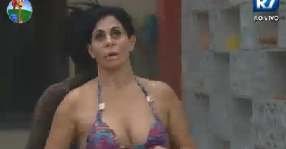 Gretchen toma banho na sede após malhar (23/6/12)
