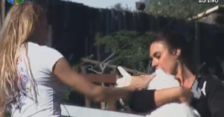 Nicole Bahls segura cabra enquanto Léo Áquilla faz carinho no animal (23/6/12)
