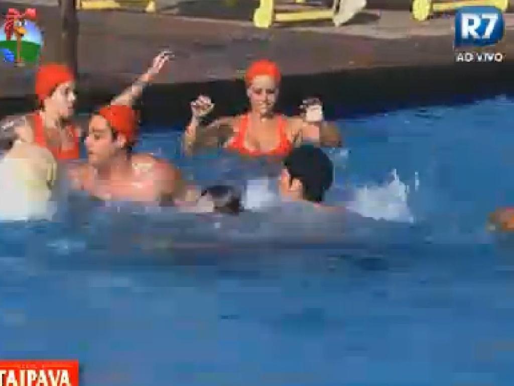 Peões disputam partida de basquete na piscina (23/6/12)