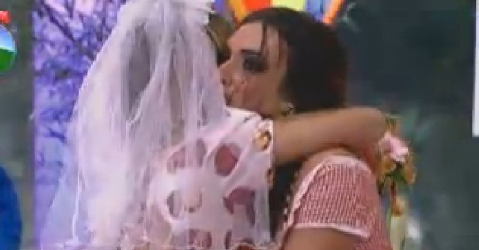Robertha Portella abraça Nicole Bahls durante a festa desta sexta-feira (22)