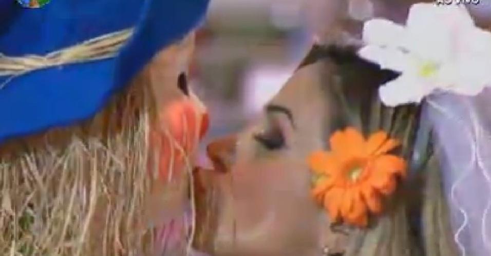 Robertha Portella beija espantalho na festa desta sexta-feira (22)