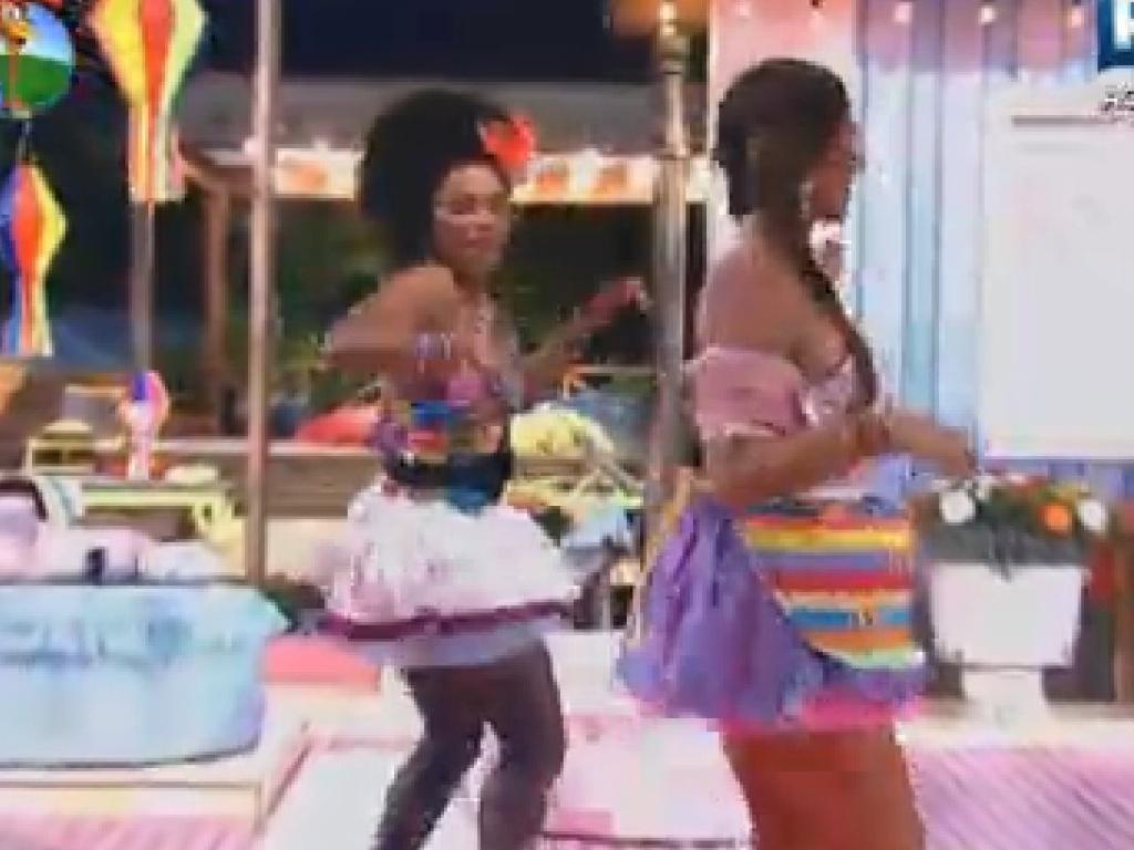 Simone Sampaio ensina passos de dança para Nicole Bahls nesta sexta-feira (22/6/12)
