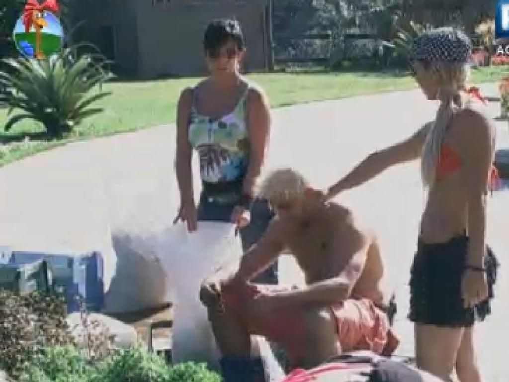 Gretchen, Rodrigo Capella e Robertha Portella ajudam em trabalho na horta (24/6/12)