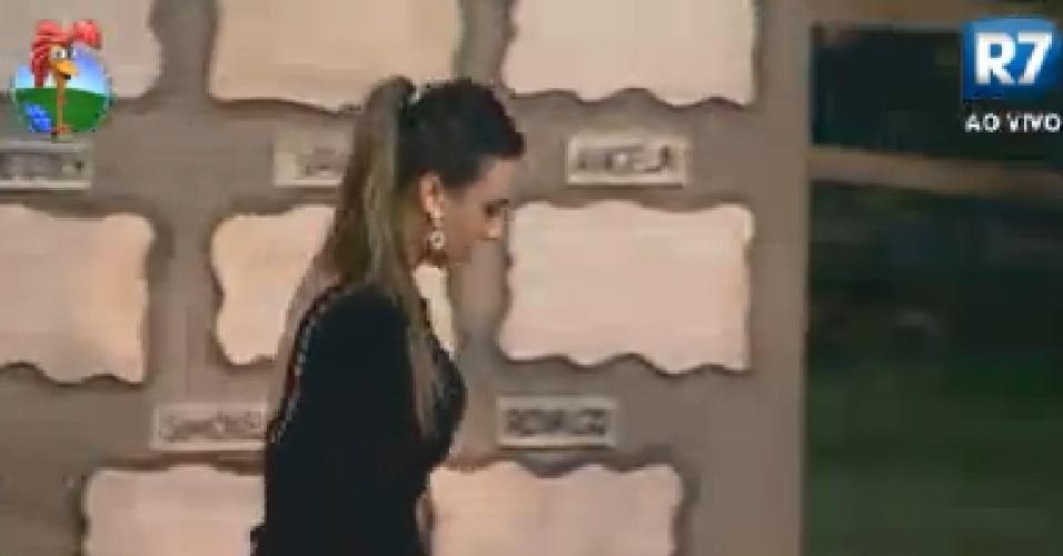 Nicole Bahls lembra comentário feito por Simone Sampaio durante brincadeira (24/6/12)