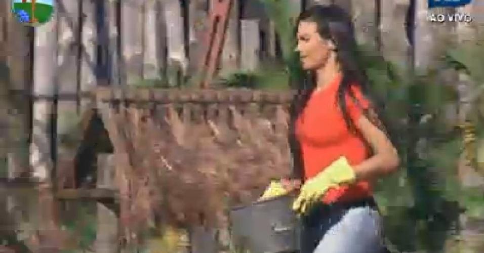 Shayene Cesário caminha na fazenda (24/6/12)