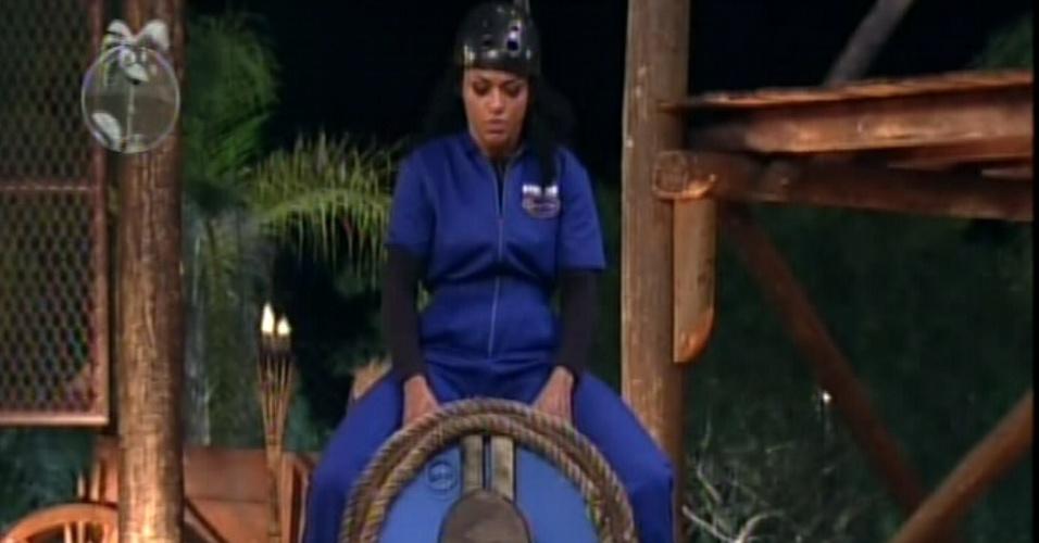 Simone Sampaio se concentra para se equilibrar em barril durante prova da chave (24/6/12)