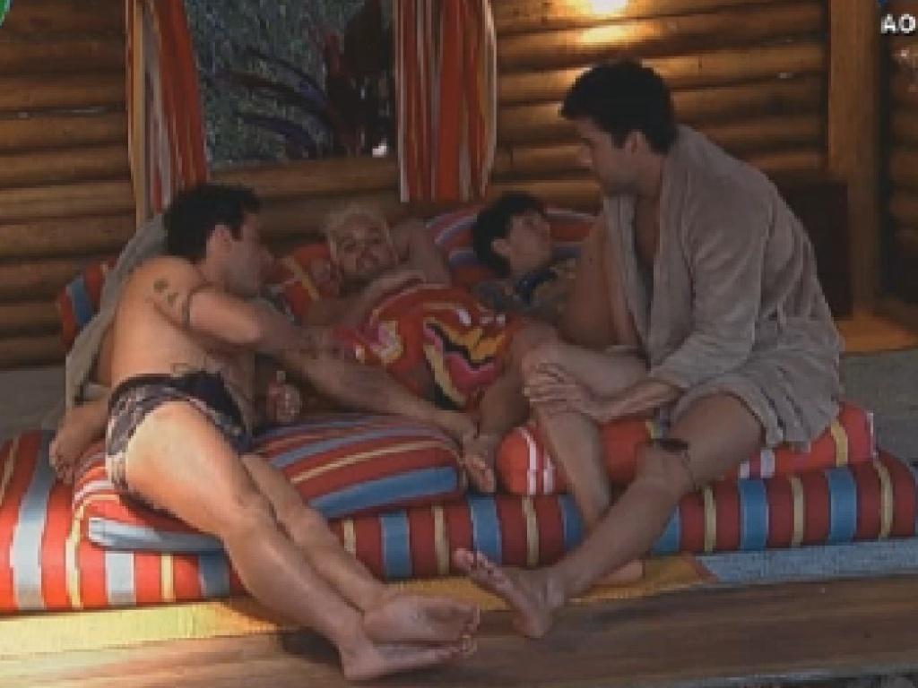 Vavá (esq), Rodrigo Capella (no centro) e Diego Pombo (dir.) conversam na casa da árvore (24/6/12)