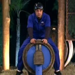 Vavá se equilibra em cima de barril durante a prova da chave deste domingo (24/6/12)