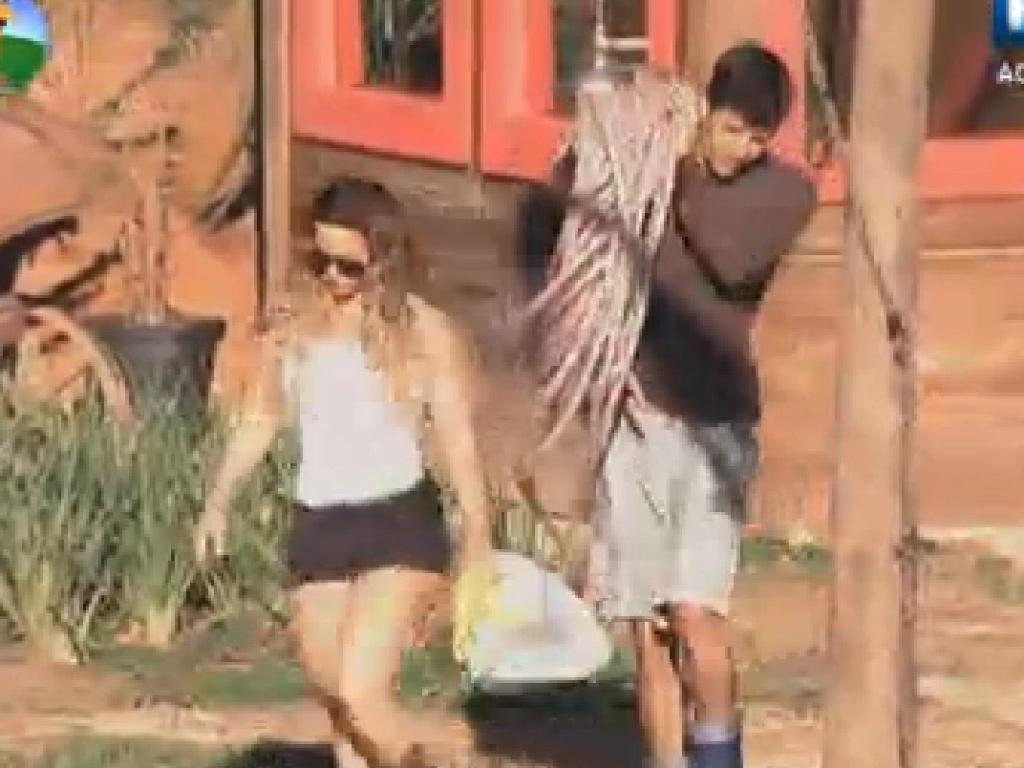 Viviane Araújo e Diego Pombo levam mangueira para a horta (24/6/12)