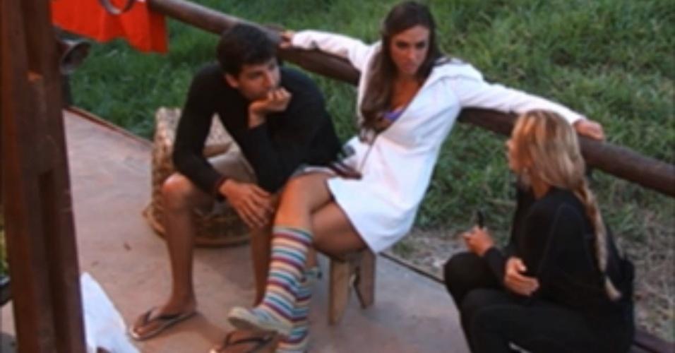 Diego Pombo e Nicole Bahls falam mal de Shayene Cesário para Ângela Bismarchi (25/6/12)