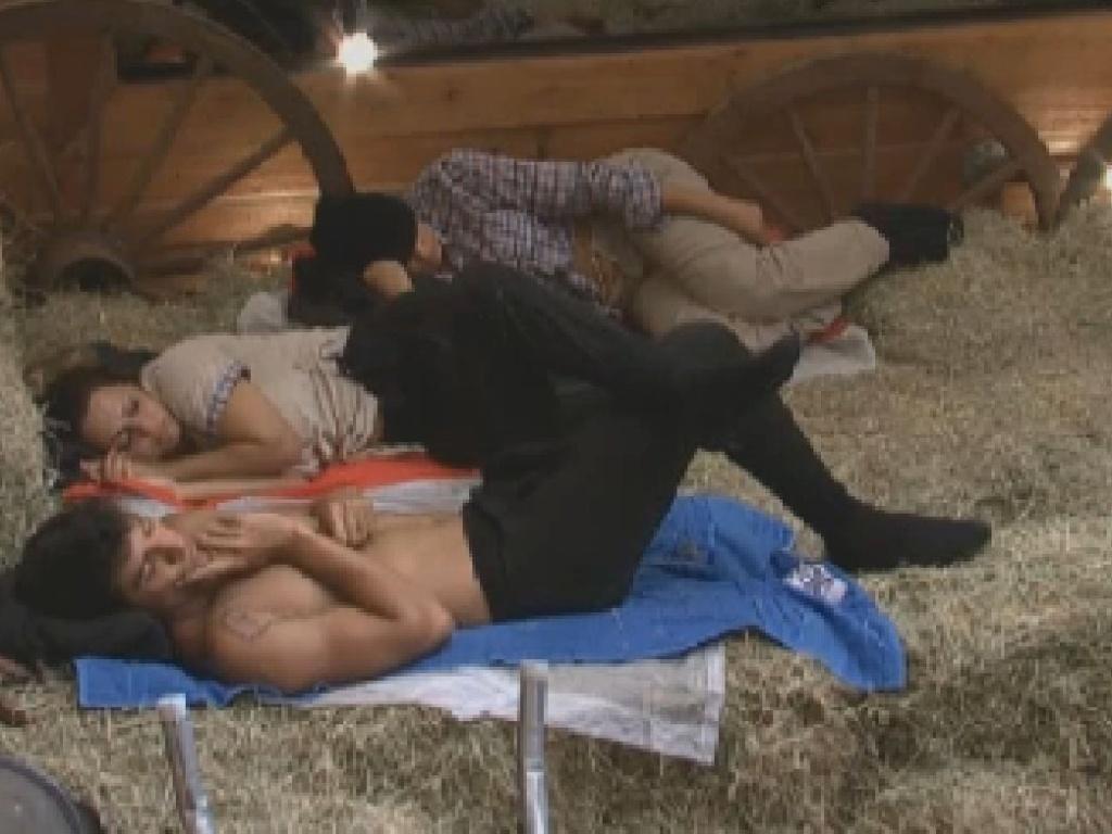 Diego Pombo, Viviane Araújo e Ângela Bismarchi dormem no celeiro após o almoço (25/6/12)