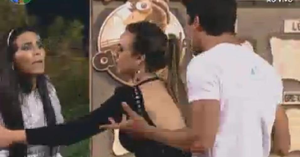 Nicole Bahls tenta amenizar situação entre Shayene Cesário e Diego Pombo (24/6/12)
