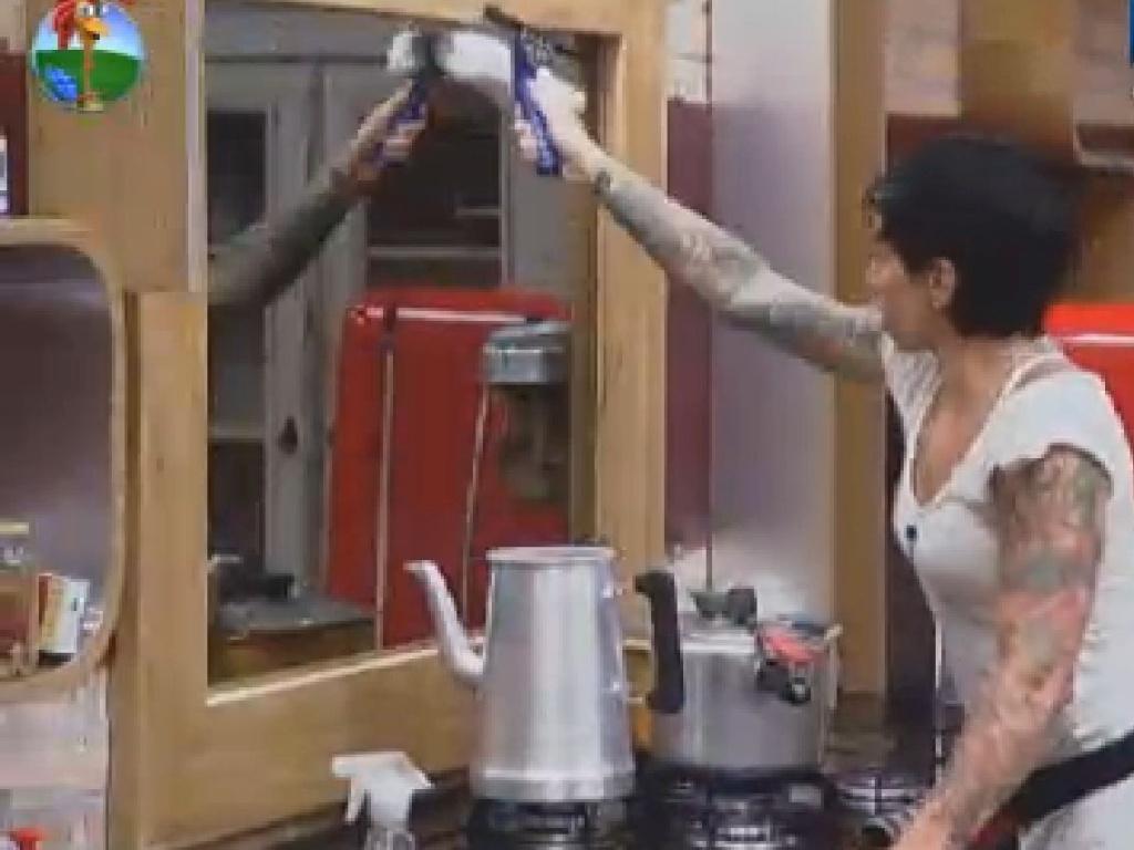 Penélope limpa espelho da cozinha após o almoço (25/6/12)