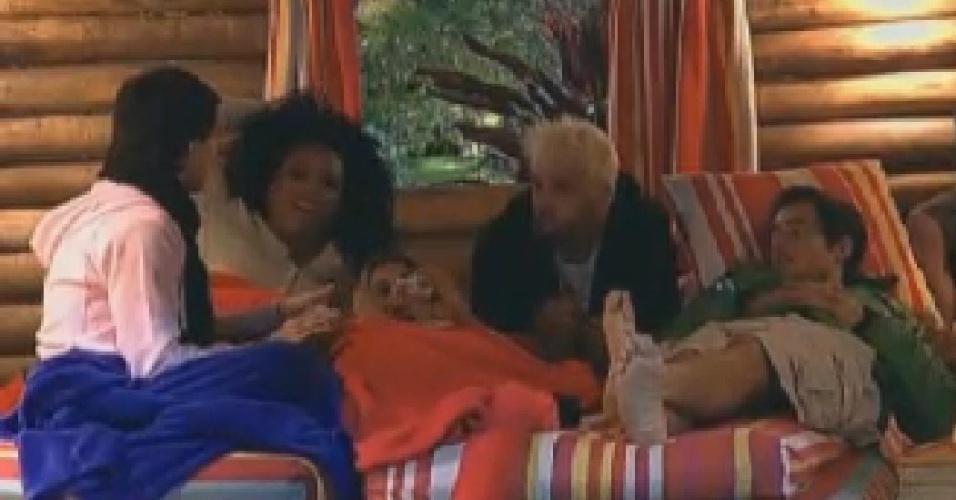 Penelope Nova, Simone Sampaio, Robertha Portella, Rodrigo Capella e Felipe Folgosi brincam na casa da árvore (25/6/12)