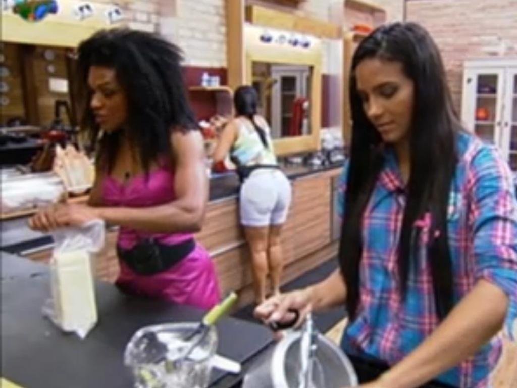 Shayene Cesário e Simone Sampaio fazem o jantar (25/6/12)