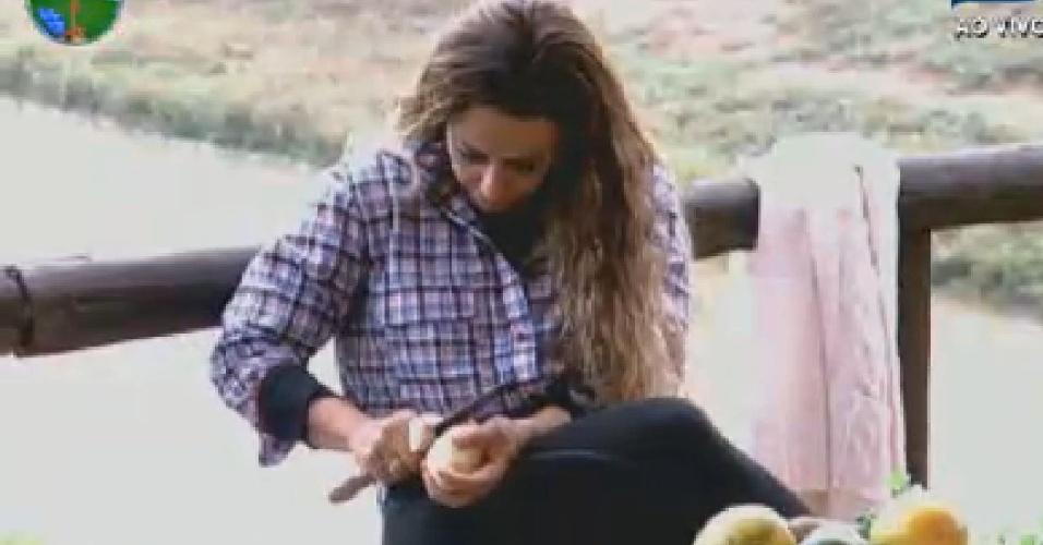 Viviane Araújo descasca batatas no celeiro (25/6/12)