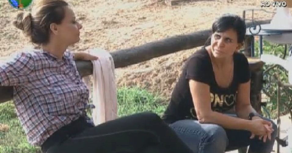 Viviane Araújo e Gretchen conversam no celeiro (25/6/12)