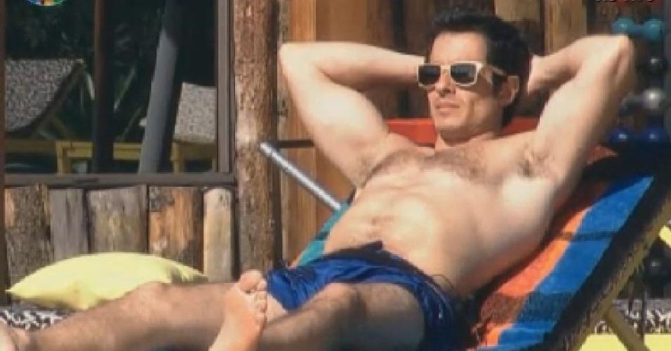 Felipe Folgosi toma sol na piscina após o almoço (26/6/12)
