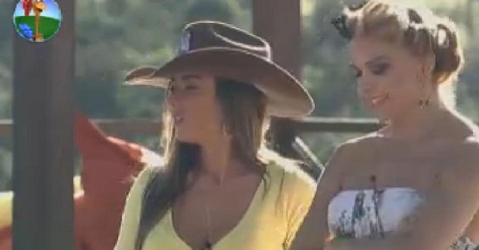 Nicole Bahls e Léo Áquilla conversam na beira da piscina (26/6/12)
