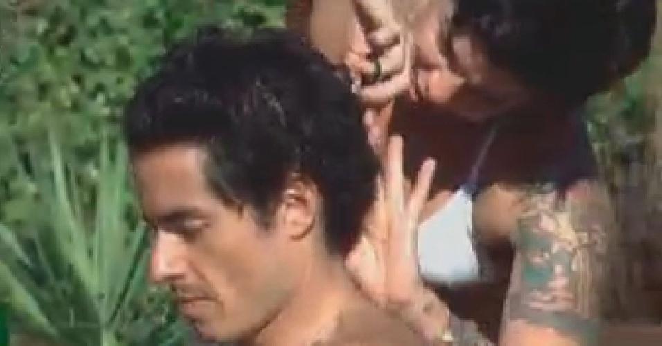Penélope corta os cabelos de Felipe Folgosi (26/6/12)