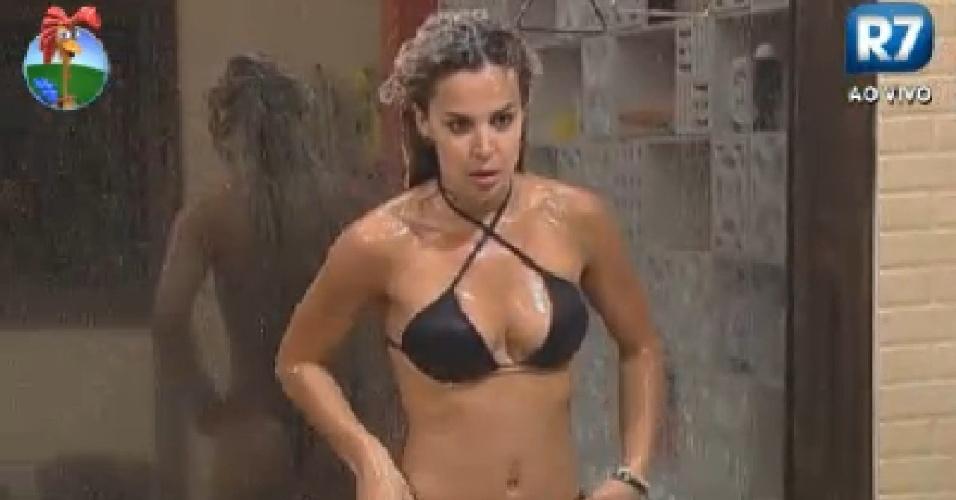 RObertha Portella ajeita biquíni durante banho  (26/6/12)