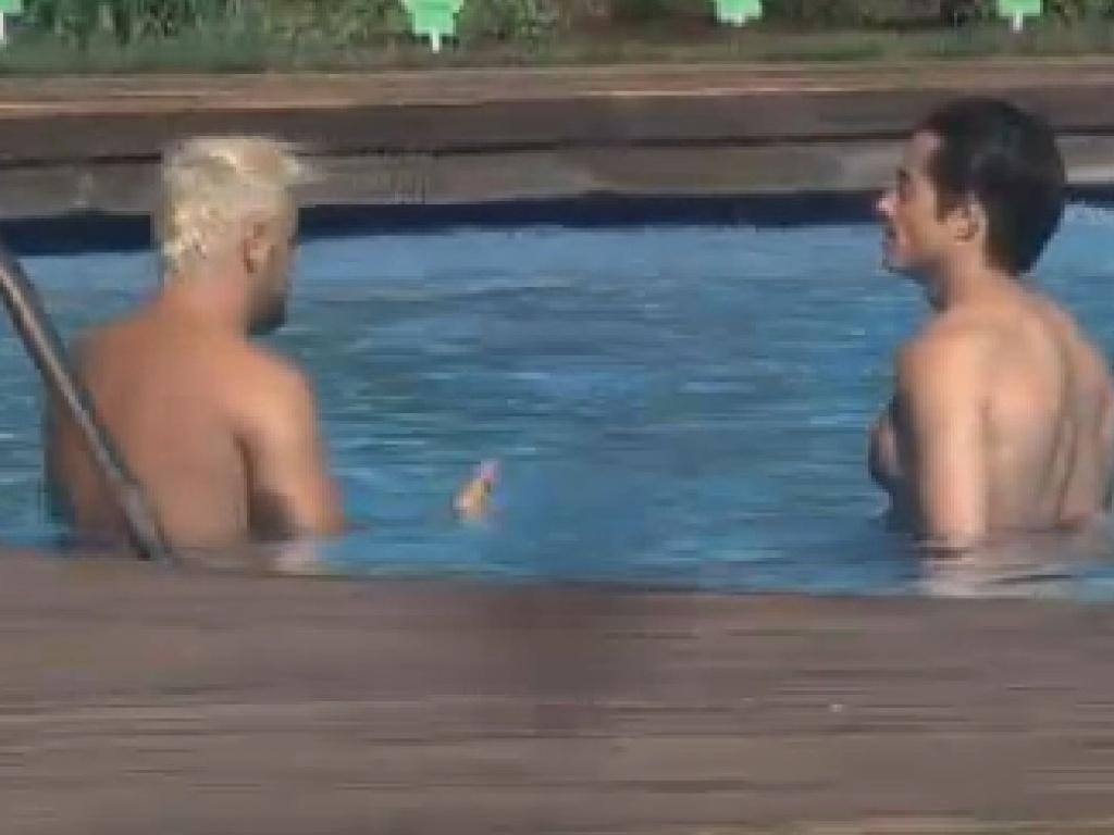 Rodrigo Capella e Felipe Folgosi converam durante banho de piscina (26/6/12)