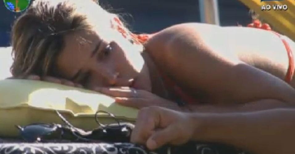 Chateada com Gretchen, Robertha Portella chora após desabafar com Rodrigo Capella (27/6/12)