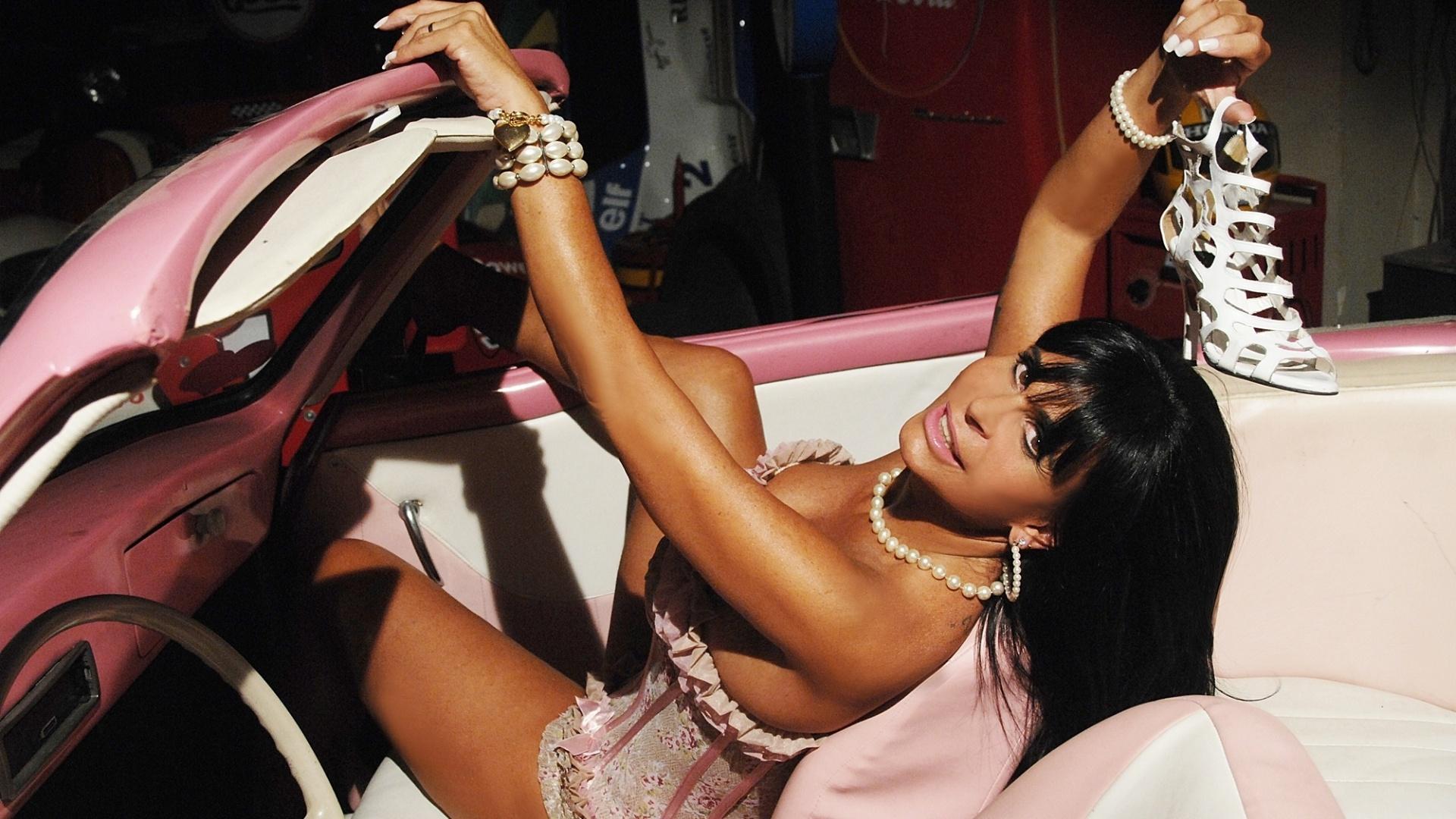 Com lingerie sensual, Gretchen posa para ensaio fotográfico feito antes de sua entrada em