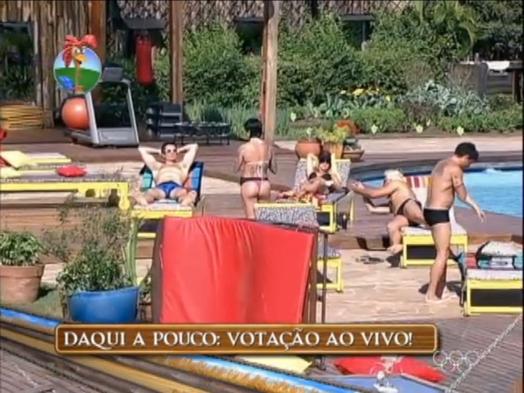 Felipe Folgosi, Penélope Nova e Robertha Portella tomam banho de sol juntos (26/6/12)