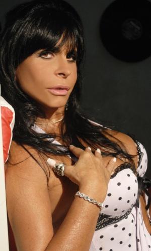 Gretchen faz pose sensual em ensaio fotográfico