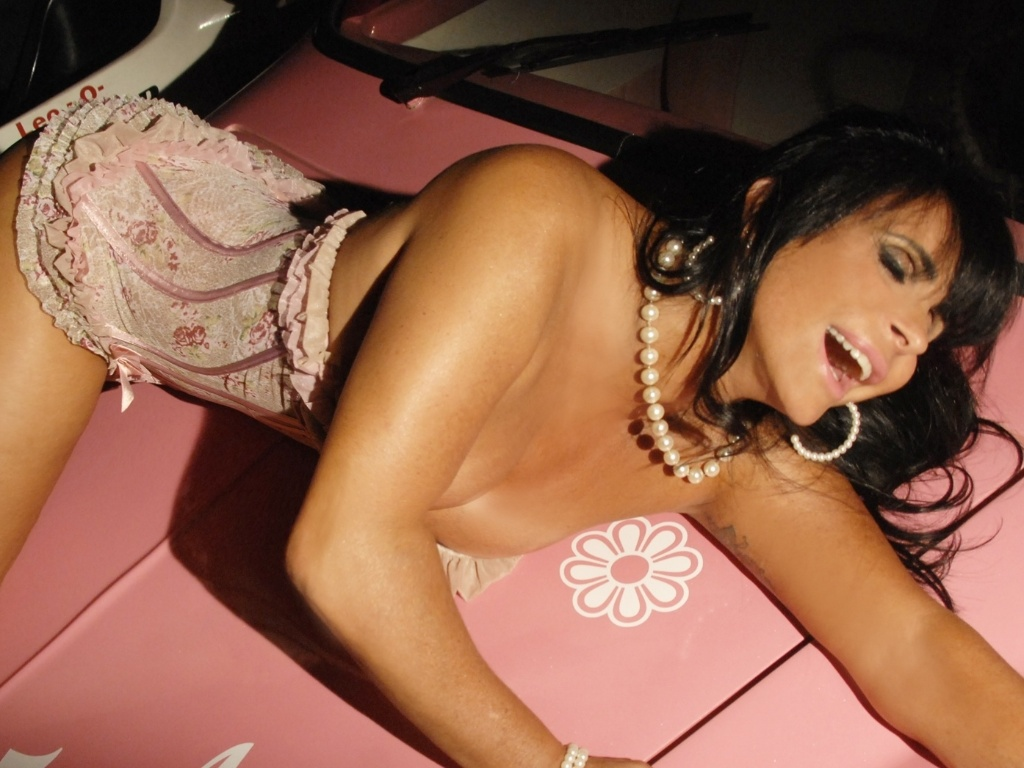 Gretchen faz poses em cima de carro para ensaio sensual