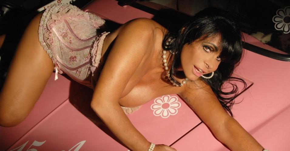 Gretchen mostra os atributos em ensaio sensual feito antes de entrar em