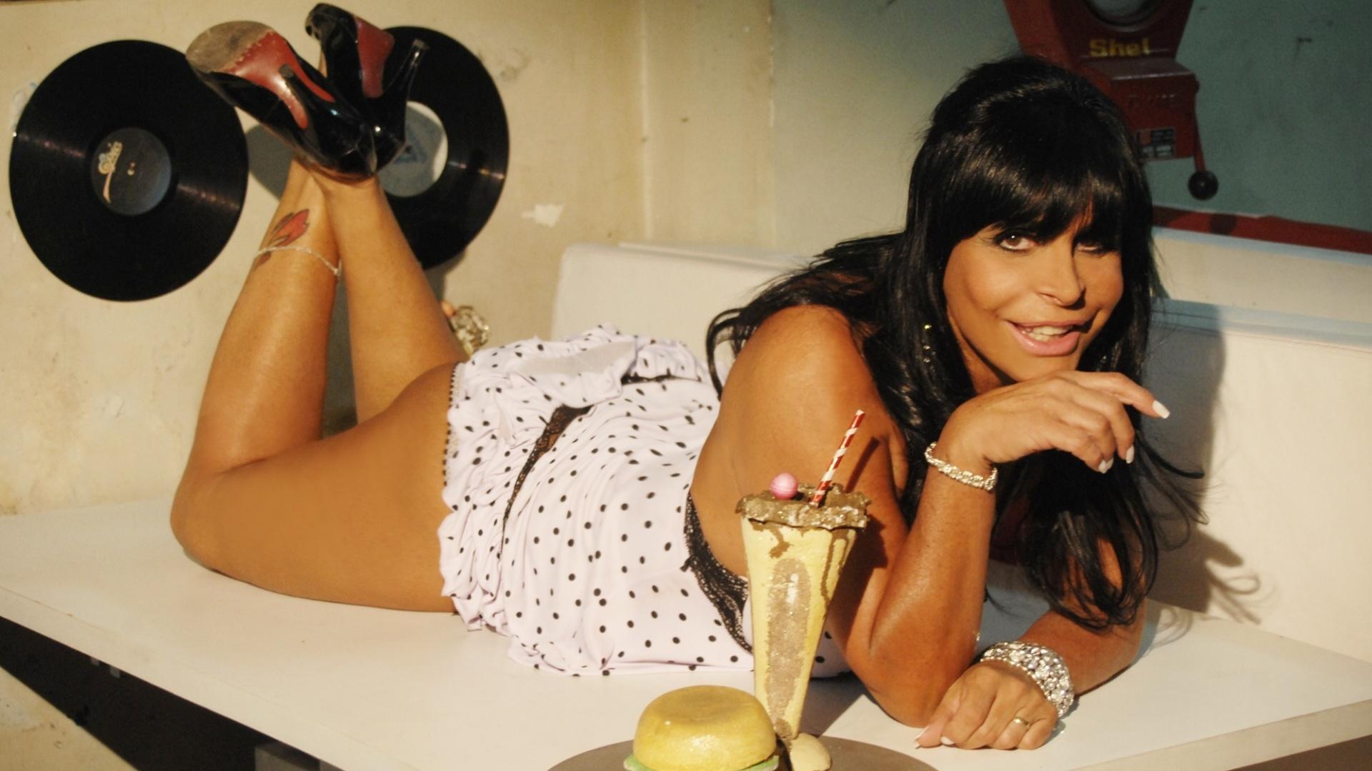 Gretchen usa camisola sensual e salto alto em ensaio fotográfico