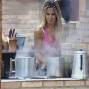 Robertha Portella se distrai e deixa o leite derramar no fogão (27/6/12)