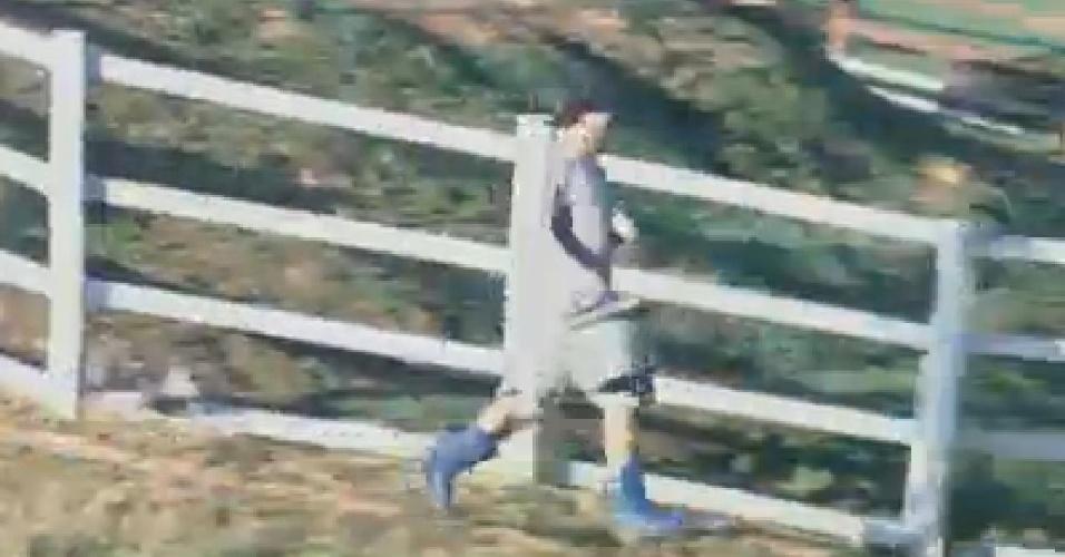Rodrigo Capella corre para acudir Robertha Portella nas tarefas da fazenda (27/6/12)