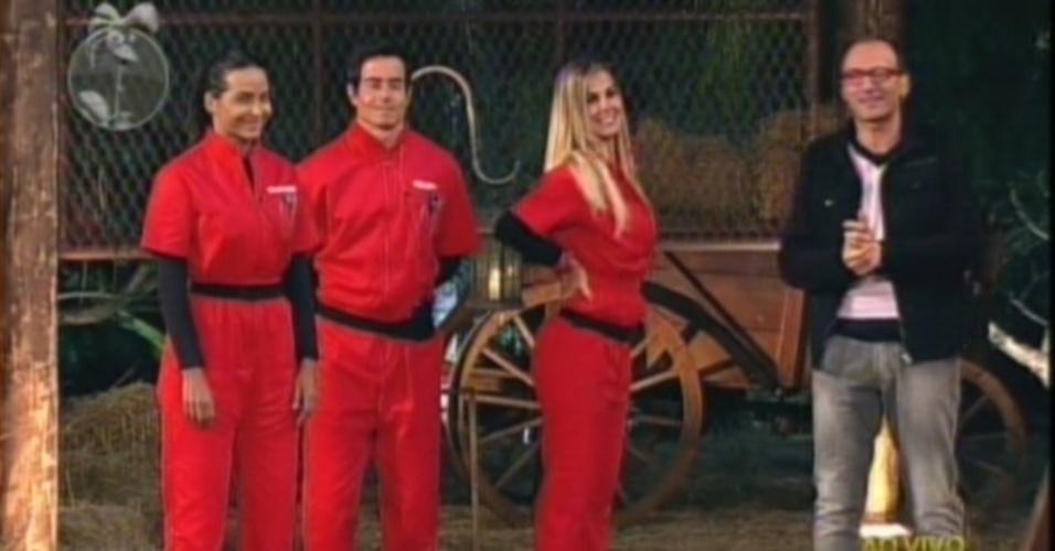 Shayene, Felipe e Robertha conversam com Britto Jr. após prova do fazendeiro (27/6/12)